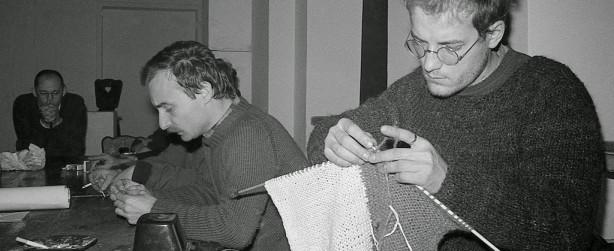 Jacek Kryszkowski robiący na drutach flagę polską,Zebranie ZPAP w Galerii Dziekanka, Warszawa 1980. Fot. Tomasz Sikorski. Dzięki uprzejmości Tomasza Sikorskiego